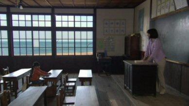 八日目の蝉檀れい砂浜の見える小学校.jpg